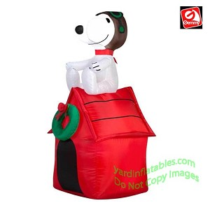 3 1/2' Snoopy On Doghouse w/ Wreath